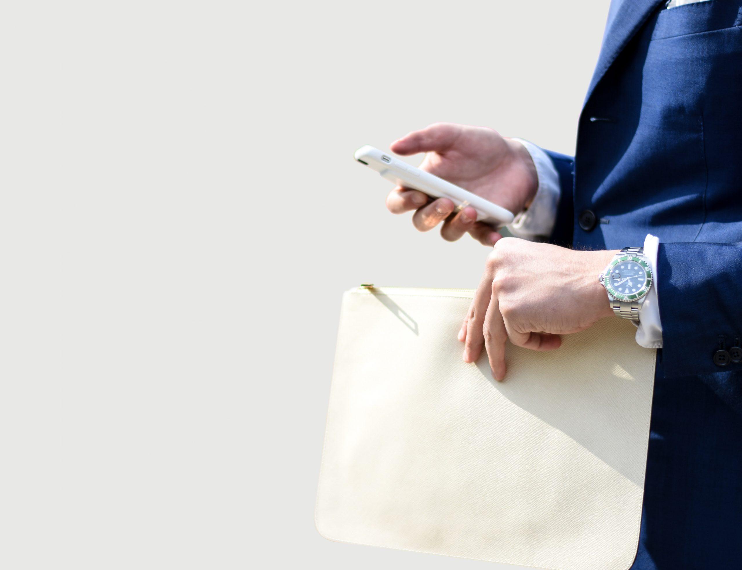 EUX Sistemi za grilje pozadinska slika partnerstva osoba sa mapom i mobitelom u ruci poziva poduzeće